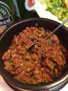 """Kitfoという粗挽肉の料理。Special Kitfoっていうのが唐辛子入りのピリ辛バージョンで、必ず""""Medium Rare""""つまり半生で食べてください。マジで美味しいですよこれは。"""